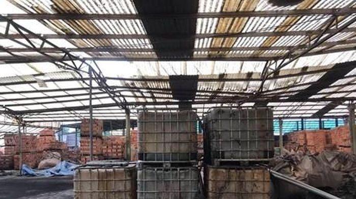 Cận cảnh những thùng dầu thải làm ô nhiễm nguồn nước sông Đà