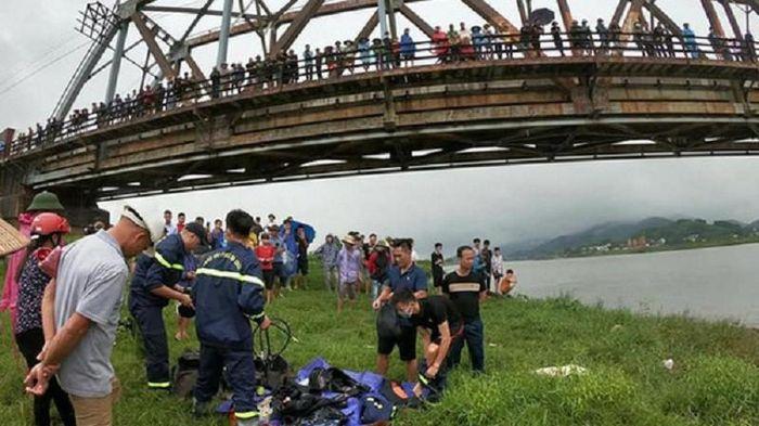 Tài xế xe tải nhảy xuống sông cứu cô gái, cả 2 bị cuốn trôi