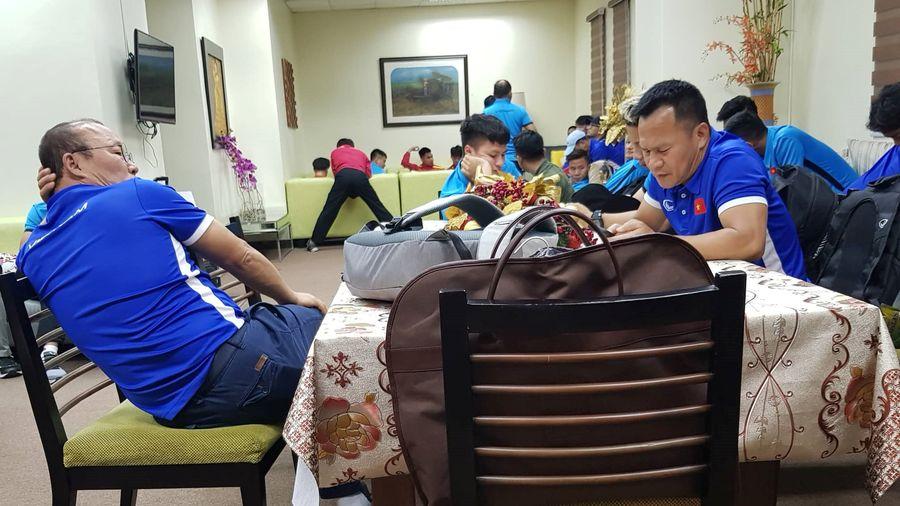 Tuyển Việt Nam bị tịch thu hộ chiếu, 'ngồi đồng' hơn 3 giờ tại sân bay Bacolod