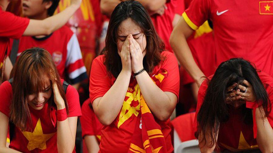 Vừa mừng chiến thắng trước Philippines, NHM đã đón nhận 'cú sốc'