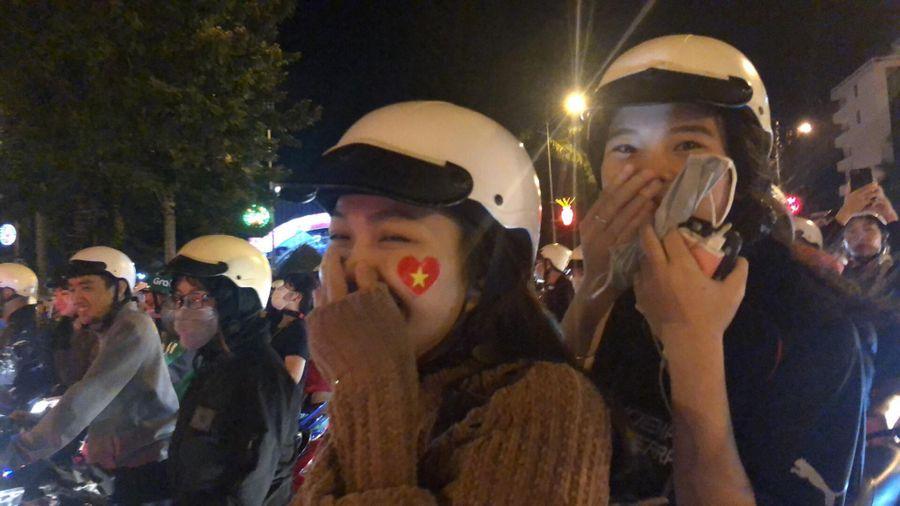 Cổ động viên đổ ra đường mừng Việt Nam vào chung kết AFF Cup 2018
