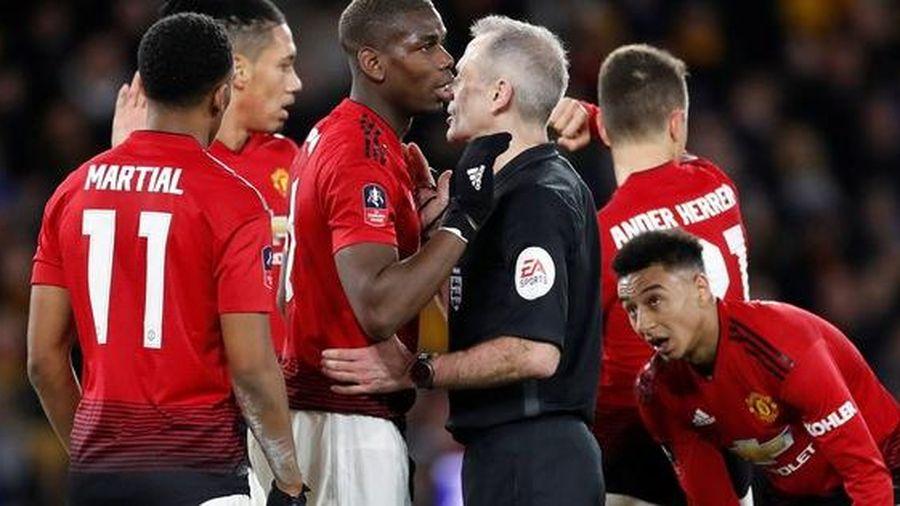 Thua sốc ở FA Cup, Man Utd coi như dâng cúp cho đại kình địch